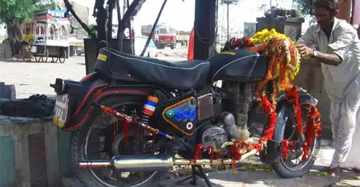 Bullet Baba, zeul motocicletă venerat în India FEATURED_compressed