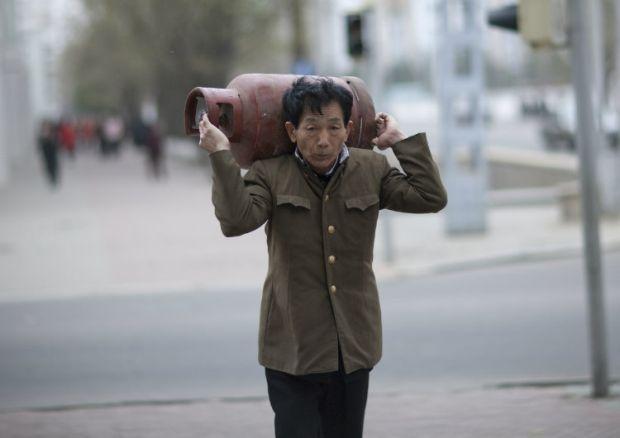 Coreea de Nord - barbat cu butelie