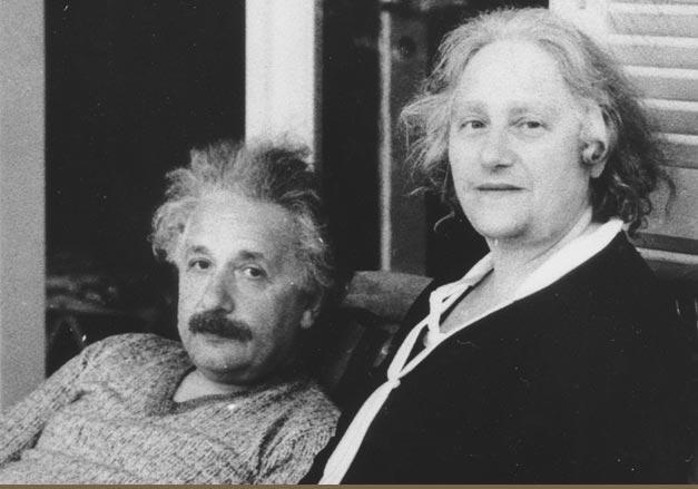 Albert Einstein alături de soția sa